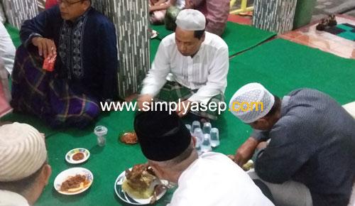 NASI KUNING :  Begitu selesai rangkaian acara Khataman Al Quran malam itu dilanjutkan dengan sajian kuliner Nasi Kuning dan Ayam Bakar, Semua menikmati ALhamdulillah barokah. Foto Asep Haryono