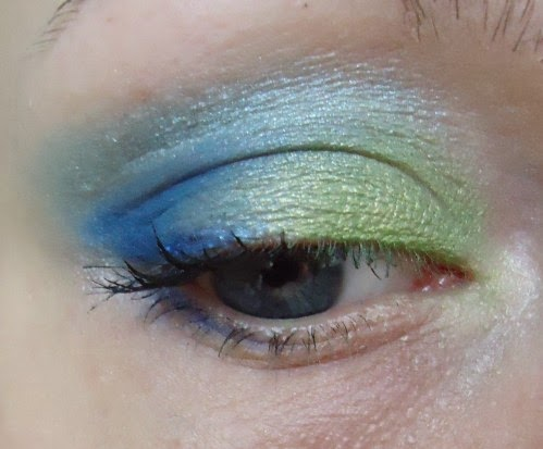 Maquillage yeux vert et bleu