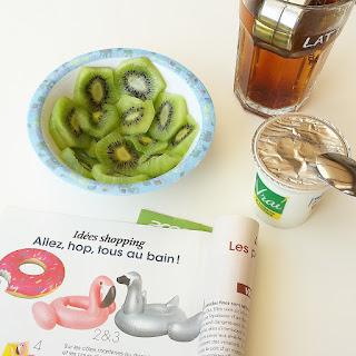 Petit déjeuner avec yaourt au lait de brebis