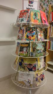 Boksnurra med barnböcker på flera olika språk.