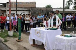 Las misas al aire libre. El cura, a raíz de los robos sufridos el año pasado, resolvió enrejar la iglesia, responsabilizando del hecho al avance del narcotráfico que 'corrompía' a adolescentes y jóvenes de la zona.