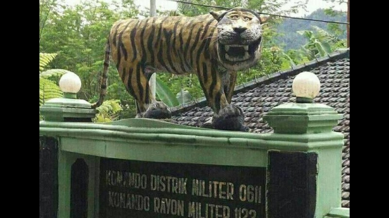 Patung macan Koramil Cisewu yang dianggap lucu