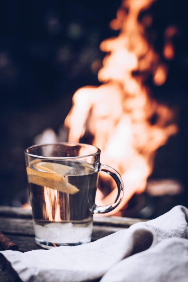 Rezept heller Glühwein mit Weißwein und Tonkabohne – der perfekte Drink fürs Lagerfeuer! titatoni.de