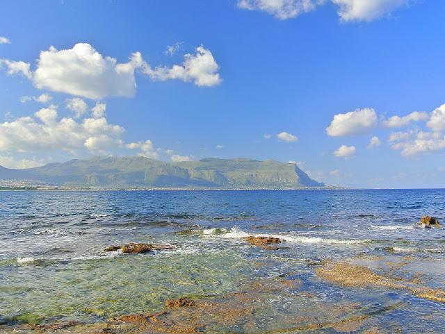 piaszczysta plaża w Isola Delle Femmine, Sycylia