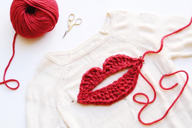 Camiseta con aplique labios de crochet