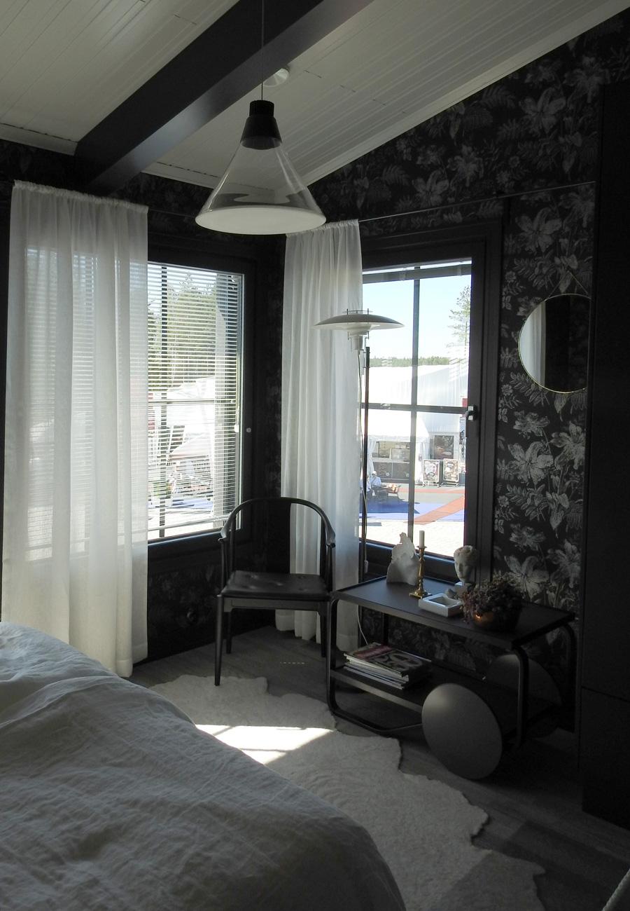 Makuuhuone kattoparruineen kohteessa 24