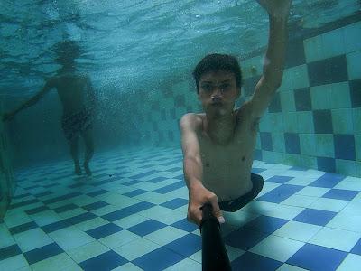 Menyelam di kolam arus
