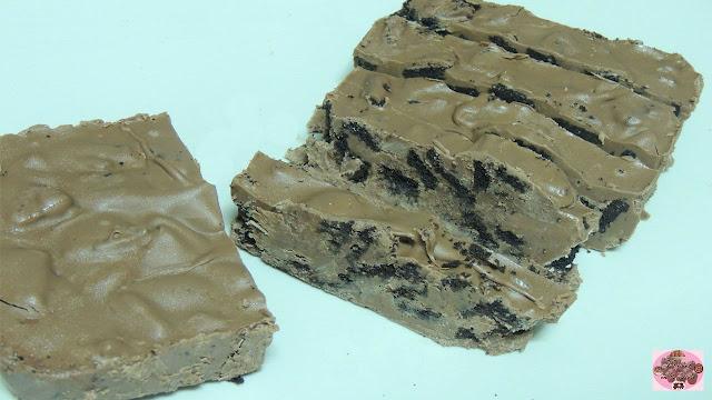 Os traigo la receta de un turrón de chocolate que es la receta perfecta para los amantes de las galletas tipo Oreo como es nuestro caso.