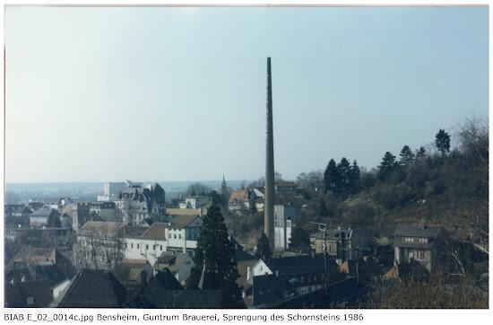 BIAB_E_02_00014c: Bilder der Sprengung des Schornsteines, Brauerei Guntrum, Bensheim 1986, Quelle: Norbert Clara, Bensheim