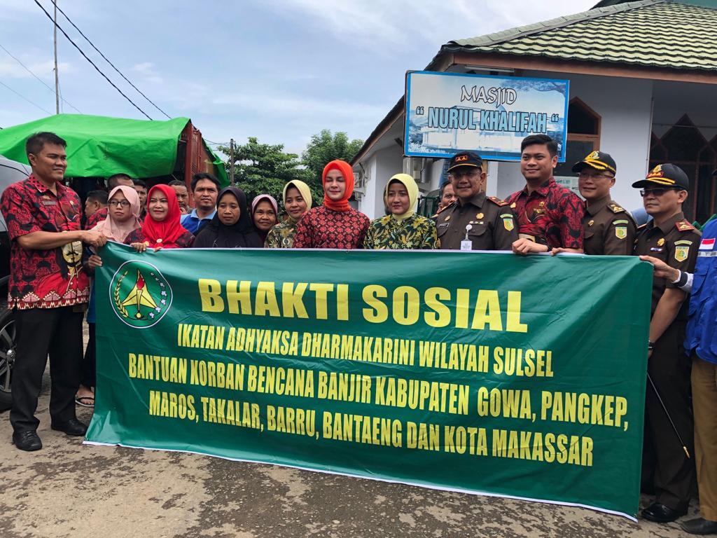 Bersama Kajati, Ketua IAD Wilayah Sulsel Bantu Korban Banjir Gowa, Makassar dan Maros