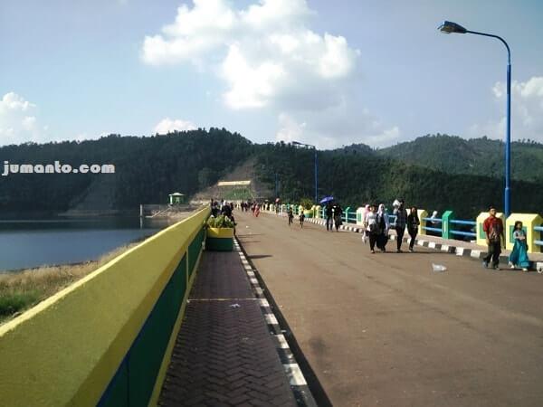 panjangnya jembatan bendungan batutegi