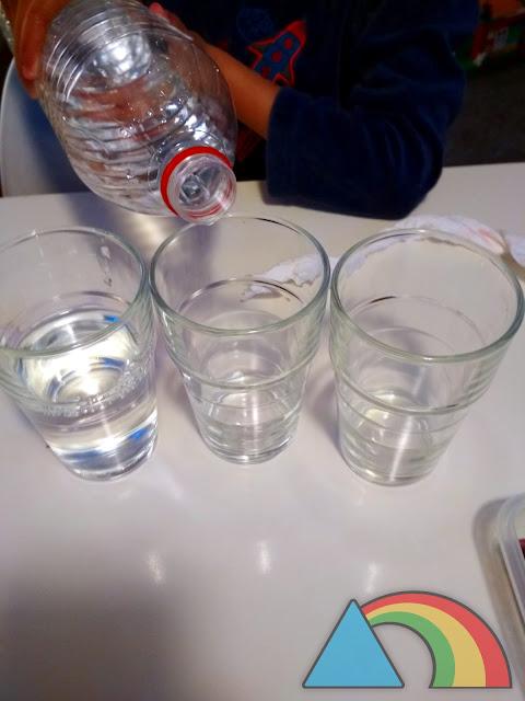Llenado de vasos de agua hasta la mitad