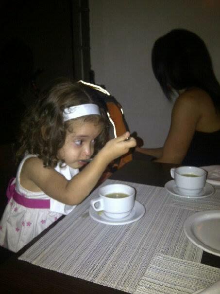 Hija tomando sopa