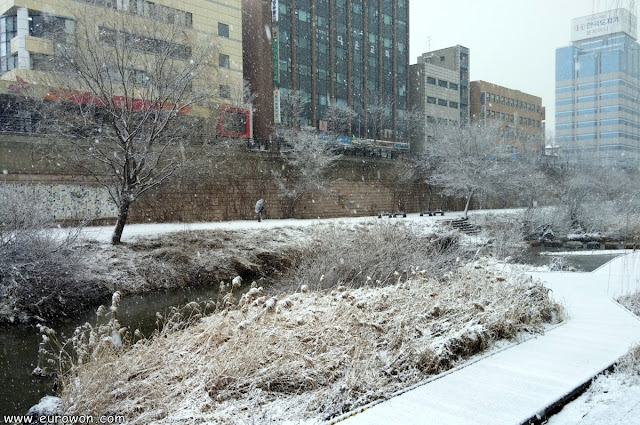 El arroyo Cheonggyecheon de Seúl tras una nevada