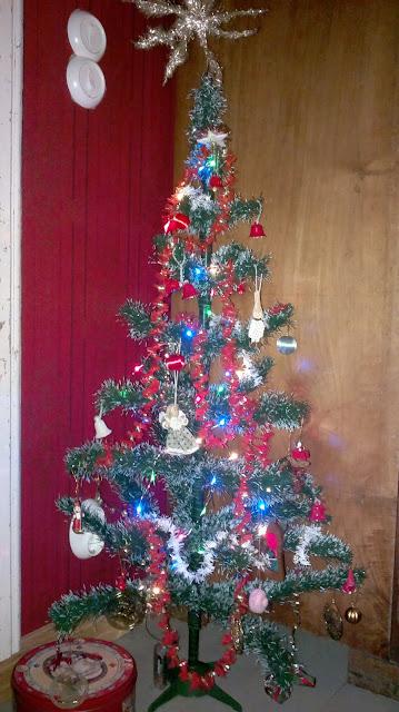 vanha muovinen joulukuusi koristeltuna