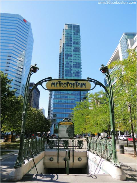 Victoria Square en Montreal: Entrada al Metro de Hector Guimard