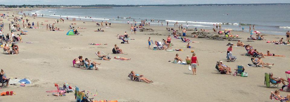 Berjemur di pantai saat musim panas