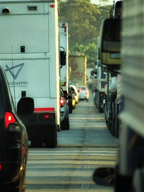 Trânsito parado em Laguna