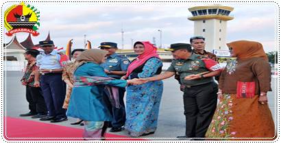 Disambut Danrem 032/Wbr, Ketua Umum Dekranas Resmikan Industri Tenun Tigo Jangko Di Tanah Datar