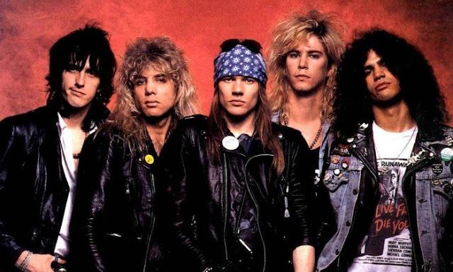 """A banda de rock Guns N' Roses está preparando um """"super álbum"""" para os fãs. Intitulado  Appetite for destruction: Locked N' Loaded Edition, o material virá em um box de luxo, com quatro discos e um Blu-Ray, acompanhado por um livro de 96 páginas, como fotos inéditas do arquivo pessoal do vocalista Axl Rose, além de sete LPs e sete singles."""