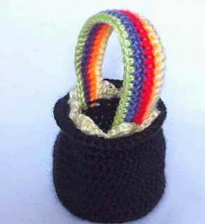 http://translate.google.es/translate?hl=es&sl=en&tl=es&u=http%3A%2F%2Fdearestdebi.com%2Fcrochet-pot-of-gold