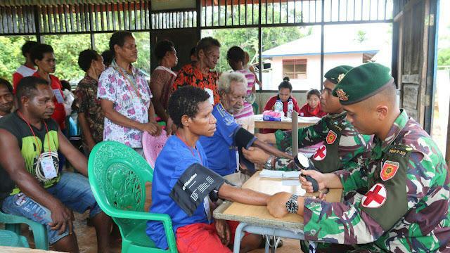 Yonif Raider 323 Kostrad Gelar Pengobatan Massal di Kampung Naga dan Aiwat