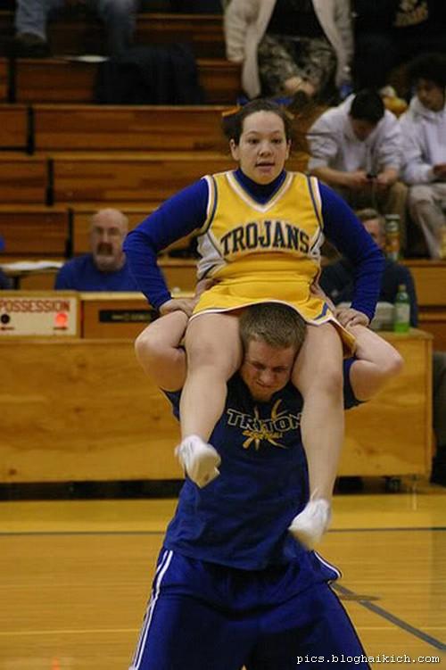ảnh vui thể thao con gái đứng trên con trai