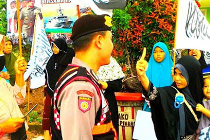Aksi Tolak Perppu Ormas: Polisi Rampas Panji Rasulullah, Ini Yang Dilakukan Emak-emak Sambil Gendong Bayi...