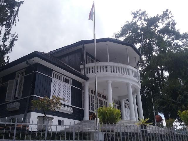 Istana Presiden, tempat pengasingan presiden Sukarno di Parapat sangat menarik untuk dikunjungi. Tapi sayang istana presiden ini ditutup untuk umum, terlihat pintu gerbang akses masuk tergembong dari luar, photo diambil DanauTobaCenter, Selasa , 9 Februari 2016
