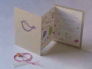προσκλητήριο με ροζ λαστιχάκι και ξύλινο κουμπάκι