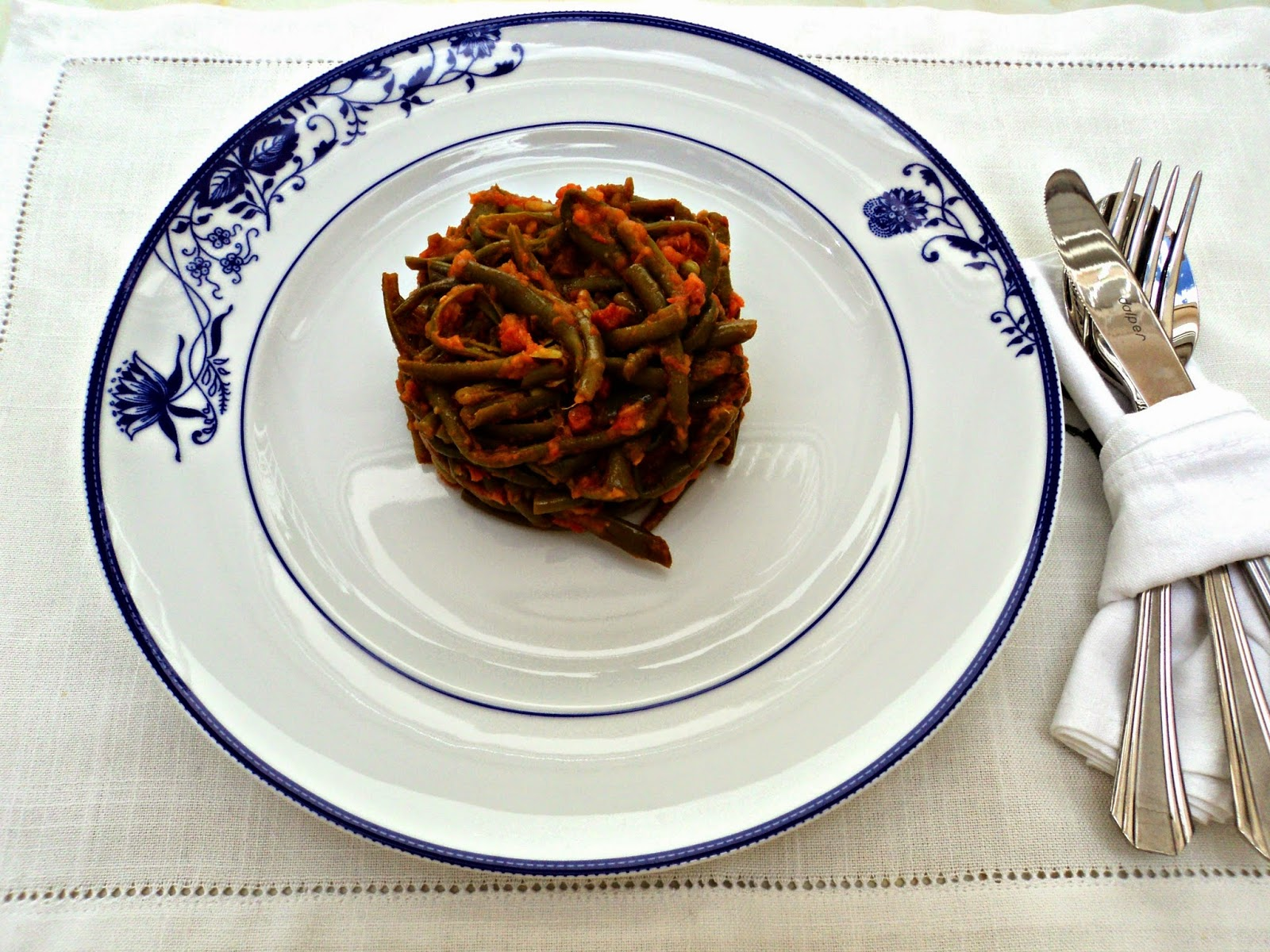 ensalada-judias-verdes-tomate-jamon-cubiertos