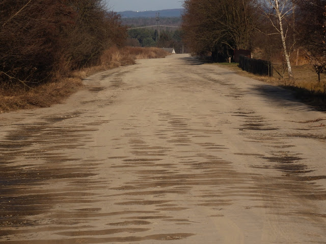 Wiejska droga 5 km od Polski - okolice Krakowca