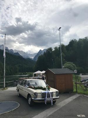 Hochzeitsauto, Bunte Sommerblumen-Hochzeit am See und in den Bergen, Riessersee Hotel Garmisch-Partenkirchen, Bayern, nahe der Zugspitze, Hochzeitsplanerin Uschi Glas