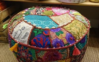 Exótico puff de telas florales de colores.