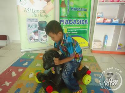 Gigin bermain di Apotek Kimia Farma, Jl. Otista, Subang