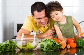 Pai cozinhando com o filho