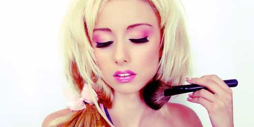 retoques del maquillaje de barbie