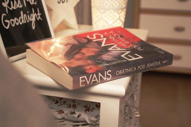 """Oswoić święta. Recenzja powieści """"Obietnica pod jemiołą"""" R. P. Evansa"""