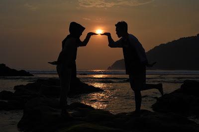 Suasana sunset di Pantai Wediombo terkesan romantis