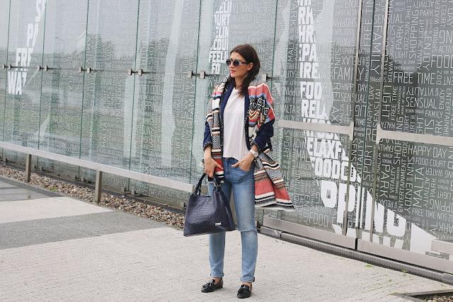 cieple szale, jesienne inspiracje, jesienny styl, jesień, mokasyny, mom jeans, Novamoda streetstyle, novamoda style, ponczo, street style jesień, trendy, blog po 30ce, moda po 30ce, jak nosić mom jeans,