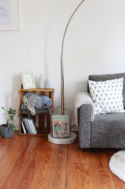 Graue Couch im skandinavischen Stil Interior