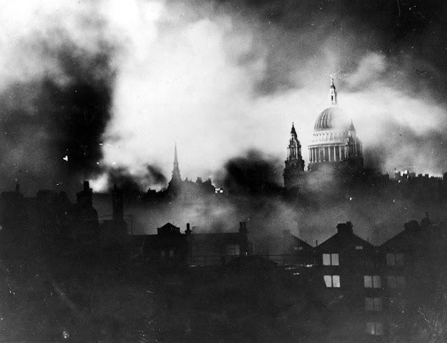 Ο καθεδρικός του Αγίου Παύλου στην Αγγλία, στη διάρκεια αεροπορικής επιδρομής το 1940