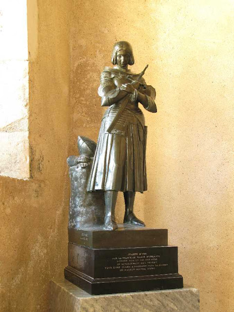Santa Joana d'Arco: estatua na casa natal em Domremy-la-Pucelle