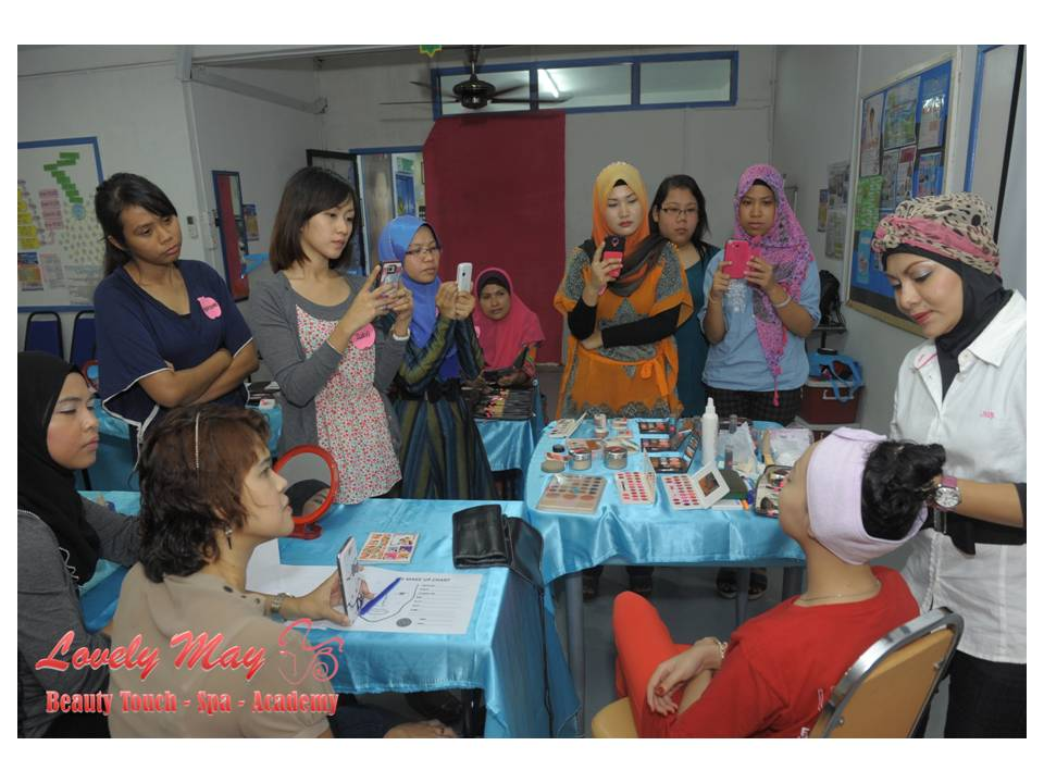 MAKE UP DEMONSTRATION