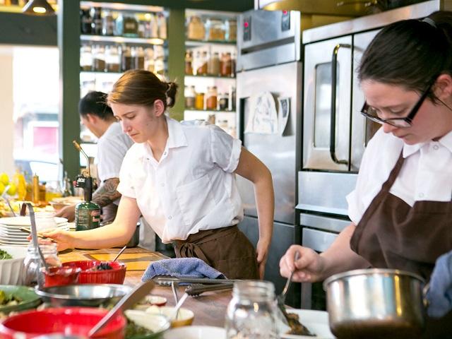 Revista empleo ayudantes de cocina para restaurante con - Ayudante de cocina sueldo ...