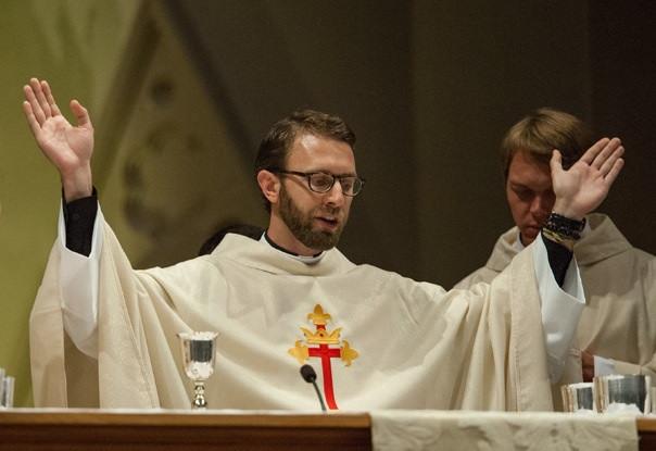 """Tại sao người Công giáo gọi linh mục là """"cha""""?"""
