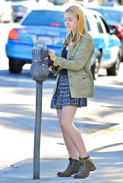 Dakota Fanning Belly. ...