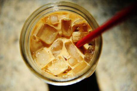 Lekker recept om ijskoffie te maken met koffiebonen, cichorei, kaneel, rozemarijn of tijm, ijsblokjes en melk