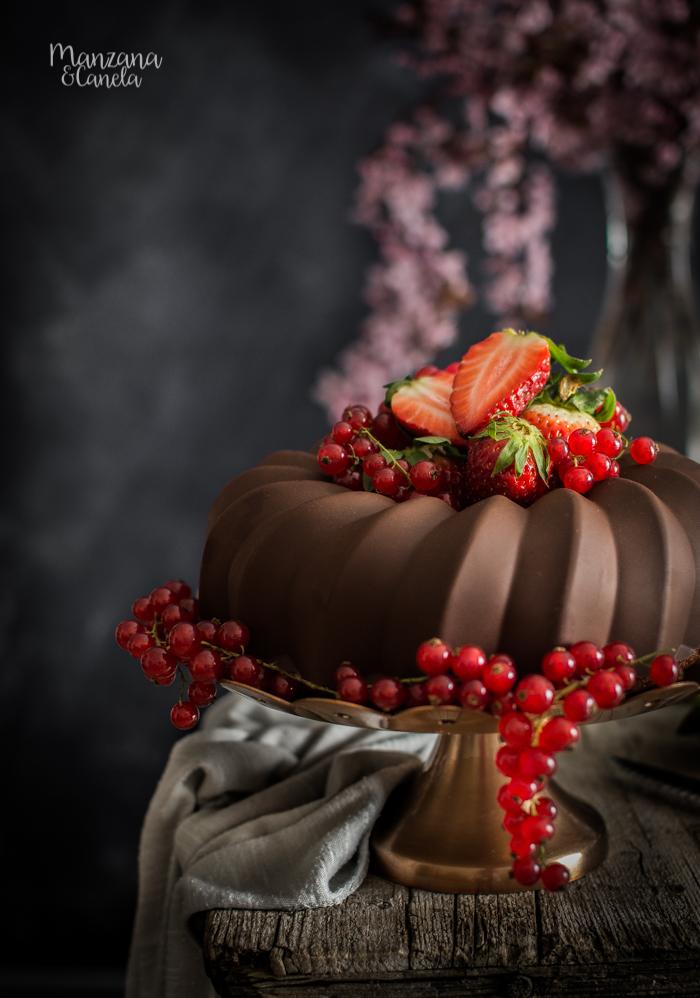 Bizcocho de fresas naturales con cobertura de chocolate. Cómo conseguir una cobertura crujiente.