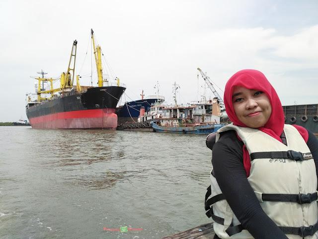kapal besar di pelabuhan